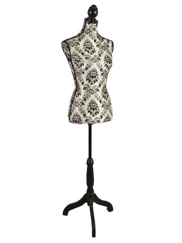 Manechin pentru haine cu înălţime ajustabilă, din material cu motive vintage negre. Această piesă, prezentă în gama de decoraţiuni interioare, poate fi folosită atât ca şi suport pentru haine cât şi ca obiect decorativ în amenajarea spaţiului dumneavoastră.