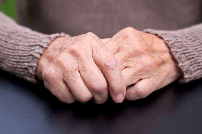 Los principales síntomas de la enfermedad de mal de Parkinson son generalmente rigidez, temblores y lentitud de movimientos. Pero el mal de Parkinson puede