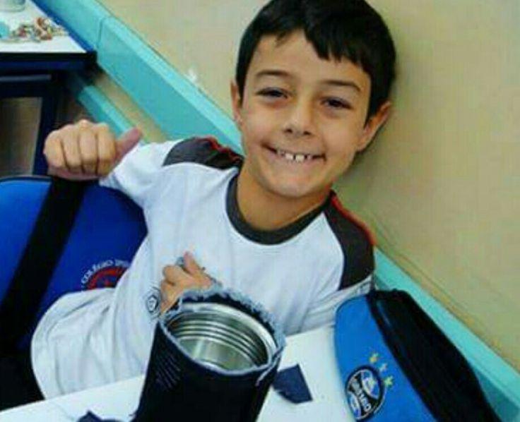"""Bernardo Uglione torcia para o Grêmio. Um de seus sonhos era ir até a arena do Grêmio com seu """"pai"""", o médico Leandro Boldrini, acusado de envolvimento na morte de Bernardo."""
