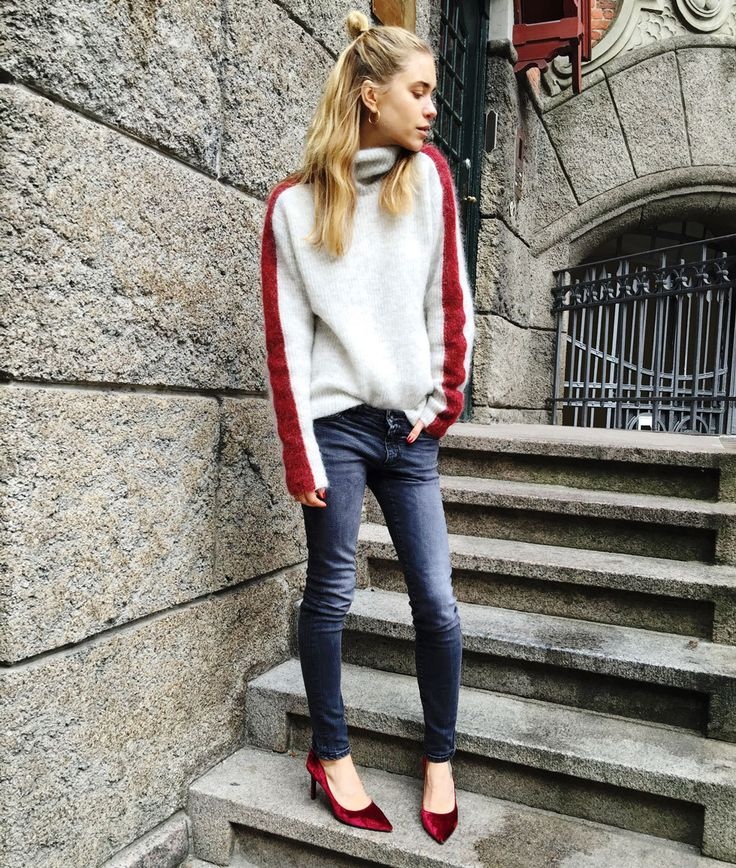 Monday Mood Knit from Ganni Pre-Spring, Jeans from FRAME, Pumps from Notabene, Gold earrings from Ole Lynggaard Copenhagen. Fashion By Look De Pernille