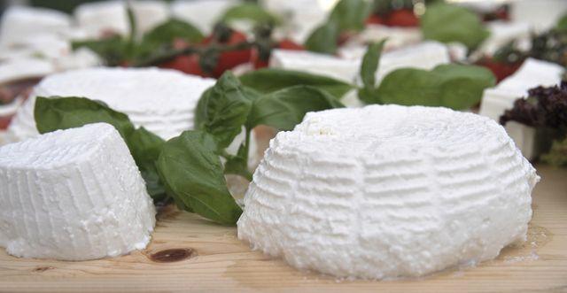Hoy te mostraré cómo hacer ricota casera. La ricota es un producto lácteo muy similar al queso que se obtiene extrayendo suero lácteo de la leche. Así sola, la ricota es una pasta blanda, a mi gusto, bastante insabora, blanca, suave y con textura granulosa. Muy agradable pero insabora al fin. Sin embargo, bien ap