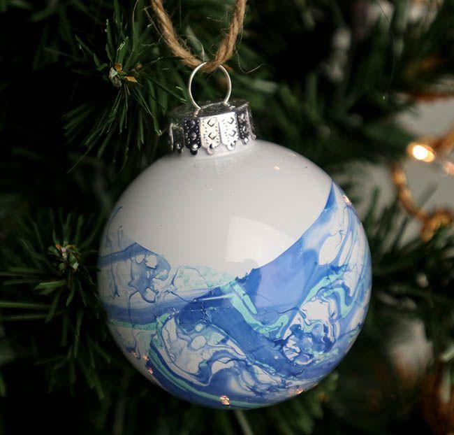 Marmorierte Weihnachtsverzierungen mit Nagellack – Trish diy Christmas