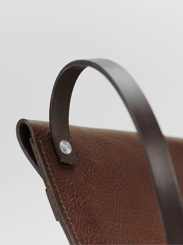 black-tods-handbag-with-swiveling-straps-marisa-miller-upskirt