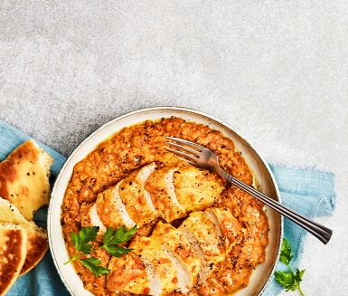 Det indiska köket bjuder på många smaker, men även hälsofördelar. I denna kycklinggryta får superkryddor som gurkmeja, koriander, ingefära, vitlök, och kardemumma samsas med både linser och yoghurt.