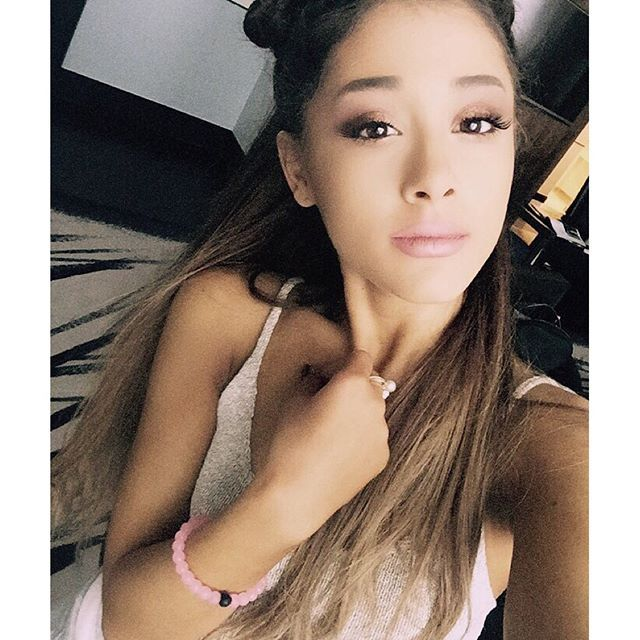 Ariana Grande showing off her pink lokai in support of the Susan G. Komen foundation!