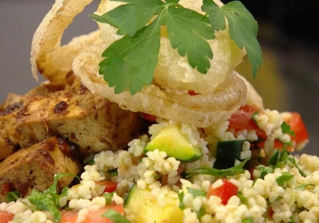 Chef-kok Sharon de Miranda let op de portemonnee en maakt een betaalbare salade met het graan bulgur, dat wat naar noten smaakt.