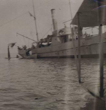 L'hydravion est posé en mer, on aperçoit nettement la ligne de fuite d'une aile