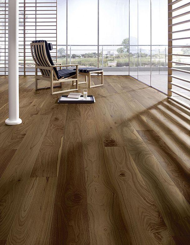 Nogal americano, veta y nudos muy sencillos, gran iluminación y madera que resalta el espacio