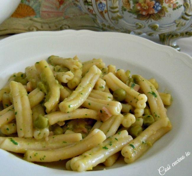 Piselli freschi. Verdura tipica primaverile che si abbinabene allapasta. Questa pietanzacostituisce un primo piatto completoper grandi e piccoli ed in
