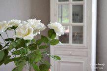 roses blanches et meuble blanc, élégance assurée!