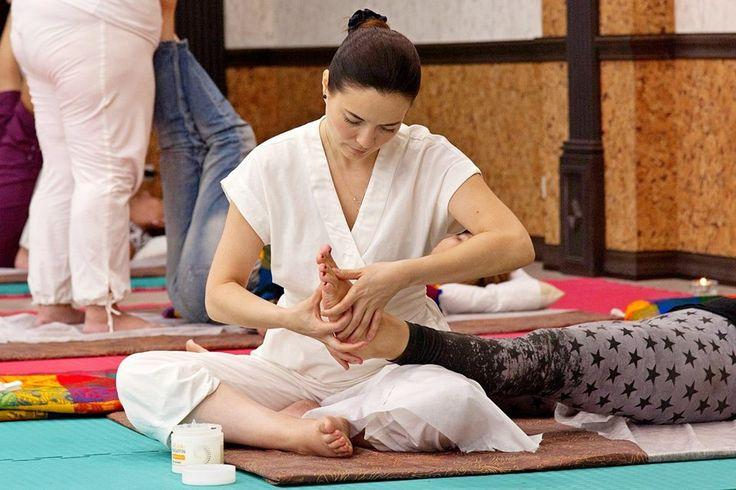 Тайский массаж  Челябинск  Опыт массажной практики 6 лет. Что Вы получите от массажа - максимальное расслабление тела и психики - освобождение от мышечных болей (спина, поясница, голова, шейно - воротниковая зона, голова)  - повышение жизненного тонуса  всего организма, внутренних органов - прилив бодрости и сил, ясную голову , легкость в теле. Тайский массаж выполняется в удобной одежде, лежа на мате. Спокойная музыка, доброжелательный настрой мастера все способствует гармоничному и…