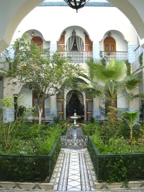 Dar Sbihi is een grote klassieke riad (1ste categorie)in de medina, de oude stad, van Marrakech. Een bogengalerij rondom een ruime patio met vier tuinen en centrale fontein geeft toegang tot...