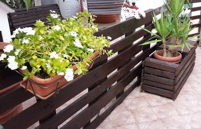 Как сделать забор из поддонов (паллет) своими руками? Смотрите фото инструкцию по строительству заборов из поддонов на даче.