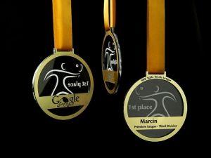 Medale dla uczestników turnieju tenisa stołowego dla Google.Medale łączone z pleksi i laminatu grawerskiego.