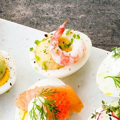 Gröp ut gulan, smaksätt med majonnäs, sardellcrème och färskpressad citronjuice. Spritsa tillbaka krämen i de urgröpta ägghalvorna, toppa med räkor och gräslök. Voilà – midsommarens mesta måste är redo att serveras. Smakrikt och snyggt.