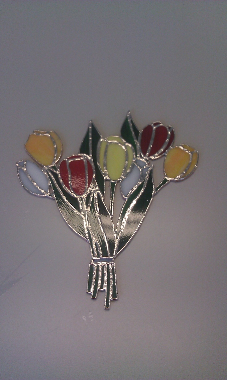 raamhanger: tulpen van glas. Gemaakt door Esther. Ik ben trots op mijn leerling.