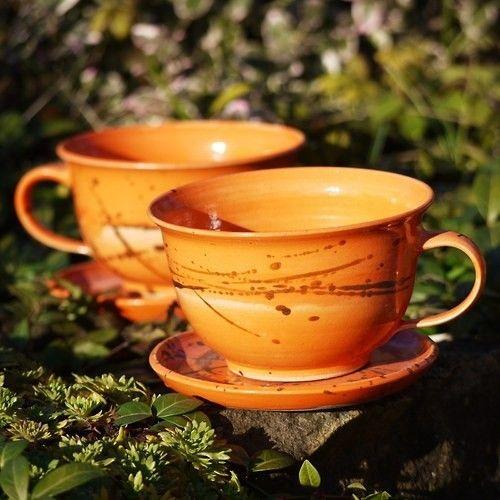 Hrneček Kvítko s podšálkem 350 ml - Oranžáda Kameninový hrnek Kvítko se narodil v rodině Oranžáda. Je báječný na ranní kavu nebo čajík. Má i spoustu dalších bratříčků, sestřiček, bratranců, sestřenic, tet, strýčků... Celá rodinka se bude postupně objevovat v kategorii Oranžáda  objem: 350 ml  výška: cca 7 cm  páleno 1250 C  vhodné do myčky i mikrovlnné trouby
