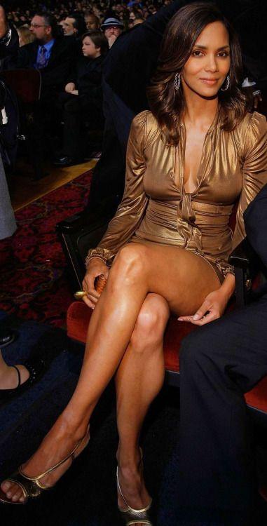 Halle Berry muy leggy con minifalda militar - Yahoo