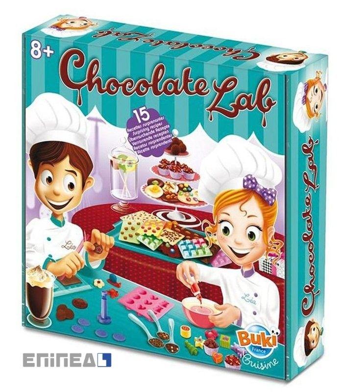Εργαστήριο Σοκολάτας Σετ Περιέχει 15 εκπληκτικές συνταγές για να κάνουν όλα τα σχήματα και τα χρώματα της σοκολάτας, για κάθε περίσταση. Περιέχει πολλά αξεσουάρ: 8 sticks για γλειφιτζούρια, 4 κορδέλες, 12 θήκες cupcake, 1 πινέλο,1 καλούπι για σοκολατακια, 1 καλούπι σιλικόνης, 1 καλουπι για γλυφ. 1 σπάτουλα, 4 σακουλάκια,1 μηχάνημα για μπισκότα. Οδηγίες  με έγχρωμες εικόνες. Ηλικία: 8+
