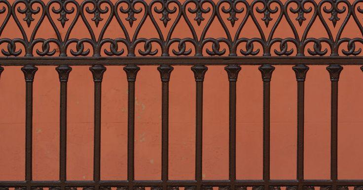 Cómo reparar agujeros de óxido en cercas de hierro forjado . Aunque no es común, es posible que una cerca de hierro forjado padezca daños por el óxido, lo que provoca agujeros en el material. Si tienes una cerca de hierro forjado con daños por el óxido, esto puede tener un impacto negativo en la apariencia de tu jardín. No es necesario que reemplaces el hierro forjado para que la cerca recupere su encanto; ...