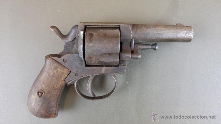 Antiguo revolver con inscripción en el armazón