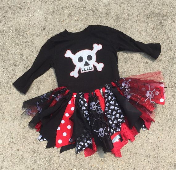 Dieser Spaß Piratenkostüm werden ein Hit für jeden Piraten Geburtstag oder Ereignis! Dieses Outfit beinhaltet einen hübschen Stoff und Tüll Tutu in rot, schwarz und Totenkopf Stoff und einem Totenkopf-Top. Bitte beachten Sie, dass, wie wir uns in den Frühling bewegen und Sommer, lange