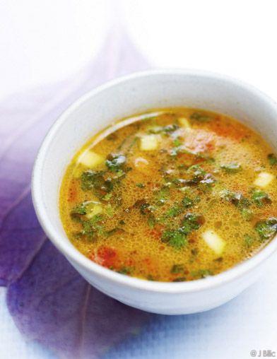 Recette Soupe aux herbes : Epluchez l'oignon, l'ail et le gingembre et hachez-les. Epépinez le piment et coupez-le en petits morceaux. Lavez la courgette...