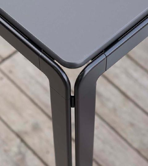 the frame is made of anodised aluminium with zinc corners and feet in aluminium alloy, which is then matt chrome-plated.