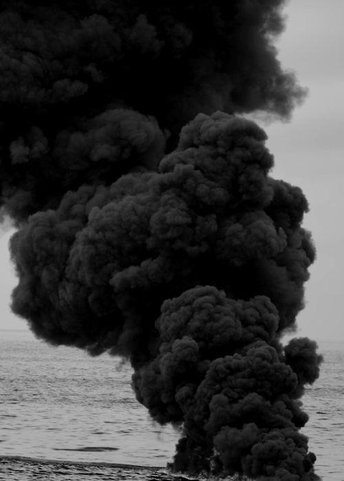 Je n'avais jamais ressenti une telle fumée noire et opaque en moi. Elle s'imprime funestement dans mes pensées en détruisant le peu de joie qui y subsistait.