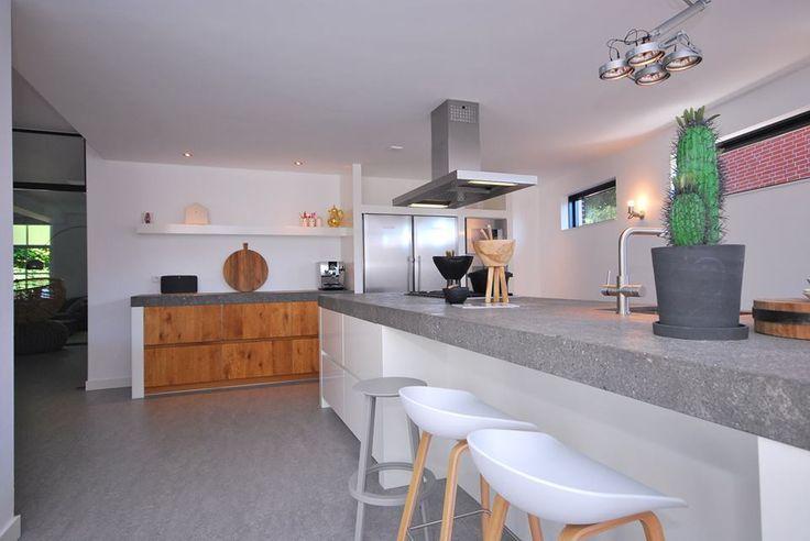 Strakke landelijke keuken met massief eiken deuren en handgeschilderde witte deuren. Koffiecorner en groot kook- en spoeleiland.  #moderndesign #modern #design #kitchendesign #kitchendecor #kitchen #maatwerk #keuken #keukeninspiratie