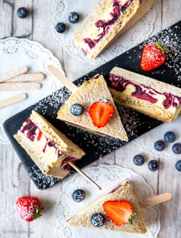 Tämä jäätelökakku on tehty kahden jättimäisen keksin väliin jäädytetystä vaniljatäytteestä, jota mustikka- ja mansikkaraidat värittävät. Täytteen voi korvata myös valmiilla jäätelöllä (noin 2 litraa).