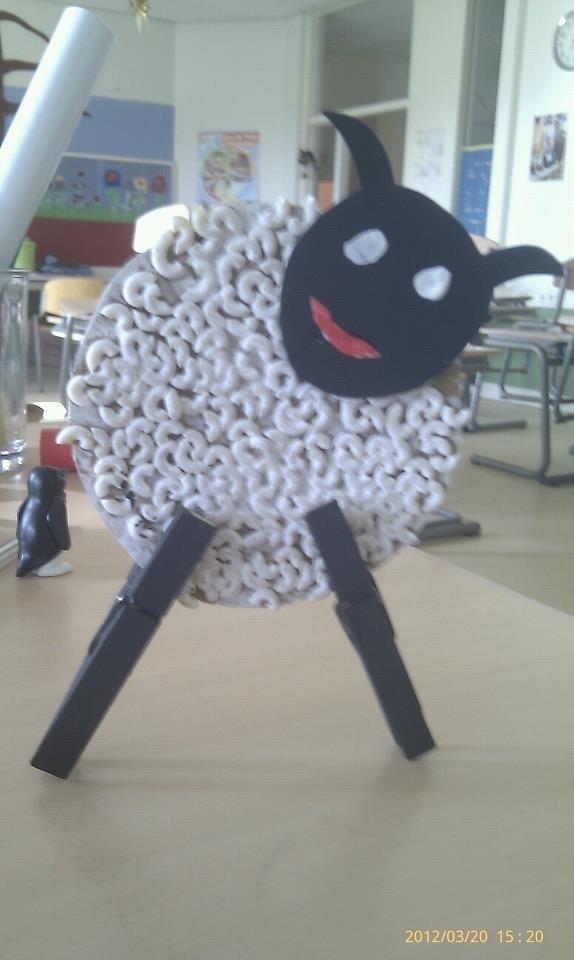 Lammetje - macaroni op een bierviltje. Wit schilderen, twee (zwart geverfde) knijpers als pootjes, kopje met oogjes en klaar!