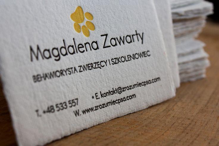Dwukolorowe wizytówki wykonane na ręcznie czerpanym papierze, w 100% bawełnianym, z brzegami tzw. brodami.  #letterpress #slowprint #businesscard #cottonpaper