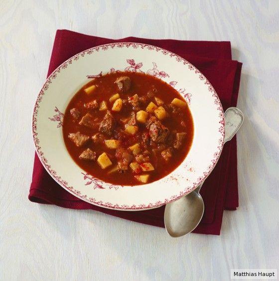 Einmal alles anbraten, würzen – kochen tut sie sich fast von selbst. So eine Gulaschsuppe ist einfach und einfach gut!