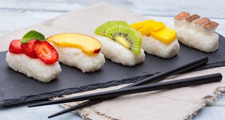 Wat is een leuke afsluiter na een sushi diner? Een origineel sushi dessert natuurlijk! Dit lekkere nagerecht van gastauteur Leuke Recepten met fruit en zoete dessertrijst ziet er niet alleen leuk uit, maar smaakt ook heerlijk! Bekijk het recept op fitgirl,nl