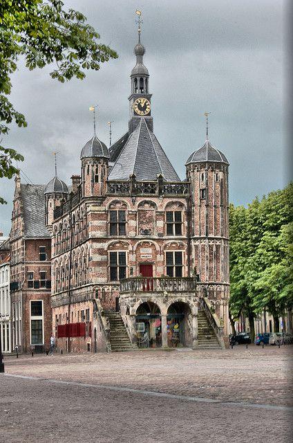 De Waag Deventer. In Deventer staat het oudste waaggebouw van ons land. Het laatgotische gebouw werd tussen 1528 en 1531 gebouwd. De waag bestaat uit drie bouwlagen, een traptoren, een klok en drie spitstorentjes. Diverse ornamenten en reliëfstenen versieren het gebouw. Het bordes met drie zuilen aan de voorzijde werd in 1643 toegevoegd. De waag deed tot 1862 als zodanig dienst. Vandaag de dag zijn het Historisch Museum Deventer en de VVV hier gevestigd. |Flickr - Photo Sharing!
