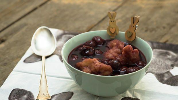 Das perfekte Kirschsuppe mit Klüten / Mehlklößen-Rezept mit Video und einfacher Schritt-für-Schritt-Anleitung: Für die Suppe 2 Gläser Sauerkirschen…