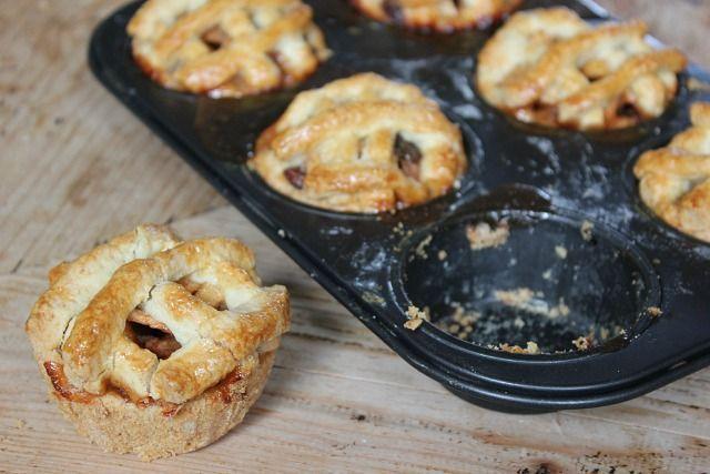 Als je aan herfst denkt denk je dan net als ik aan warme truien, mokken dampende chocolademelk met een mega toef slagroom én appeltaart (met ook een toefke slagroom natuurlijk)? Appels zijn weer in het seizoen en maak je mij daar nou eens heel blij mee! Maar om nou iedere keer een hele appeltaart te bakken, daar worden we zo rond van.. Ik besloot mini appeltaartjes te bakken in een cupcake blik. Erg gemakkelijk, budgetproof en als er visite komt maak je gewoon net zoveel taartjes als dat je…