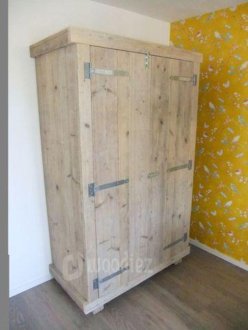 WOODIEZ   Steigerhouten kledingkast met scharnieren en schuifslot. #kledingkast #steigerhout
