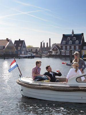Hoewel de visserij pas aan het eind van de 17e eeuw één van de hoofdmiddelen van bestaan werd, staat Huizen bekend als voormalig vissersdorp. Huizen kreeg in de 14e  eeuw haar naam, omdat zij het eerste dorp in het Gooi was dat stenen huizen had. Het leuke stadje is een bezoek meer dan waard. Het ligt midden in de Gooise natuur en is omgeven door bos, heide, water en leuke dorpjes.