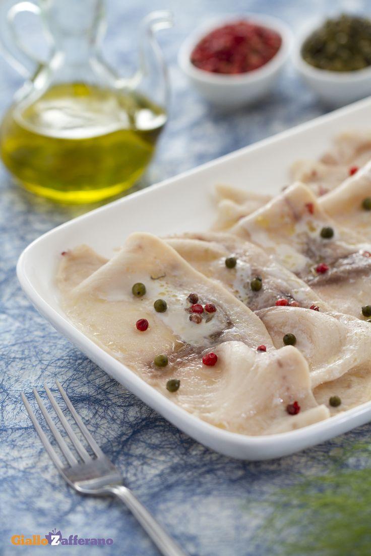 Carpaccio di pesce spada al pepe verde e rosa: un piatto di pesce molto semplice e saporito, da gustare freddo o tiepido.   [Swordfish carpaccio with green and pink peppercorn sauce]