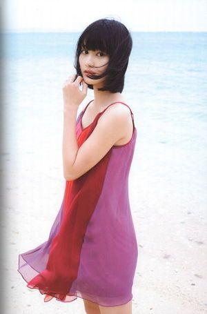 海をバックに美しい橋本愛。