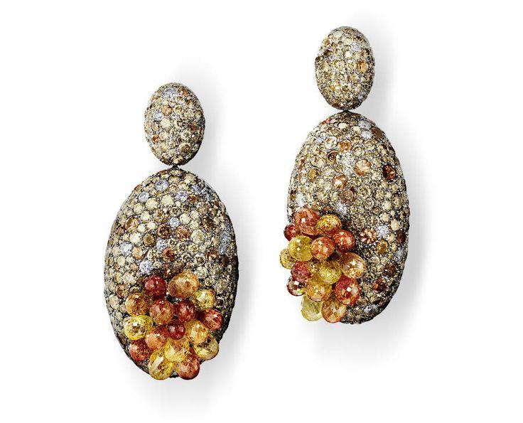 festival di cannes - de Grisogono - Love on the Rocks - Orecchini di alta gioielleria - Pezzo unico - Oro bianco e titanio, 32 zaffiri arancione taglio briolette (49,84 carati), 950 diamanti marrone ( 47,63 carati), 63 zaffiri arancione (4,96 carati) e 274 brillanti bianchi (4,84 carati).