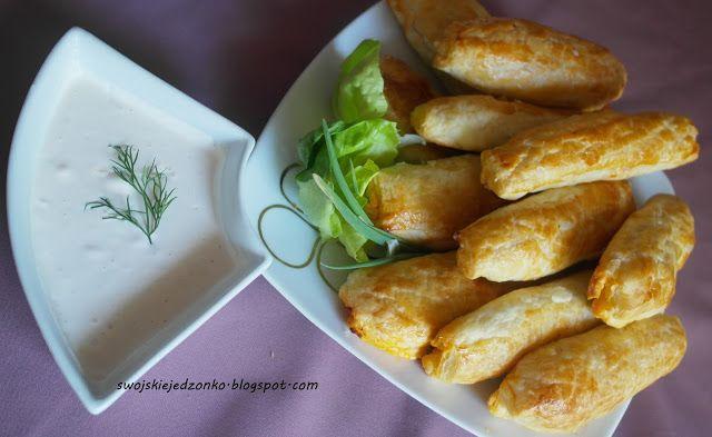 Swojskie jedzonko: Szybkie bułeczki z farszem a'la kebab i sosem czosnkowym