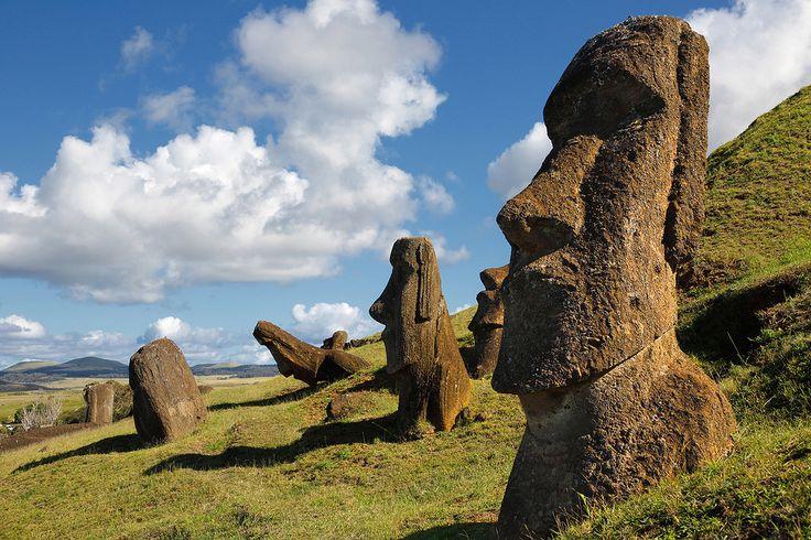 Остров Пасхи-Чили.Рапа-Нуи (местное название острова Пасхи) во многом известен благодаря моаи, или каменным статуям из спрессованного вулканического пепла,