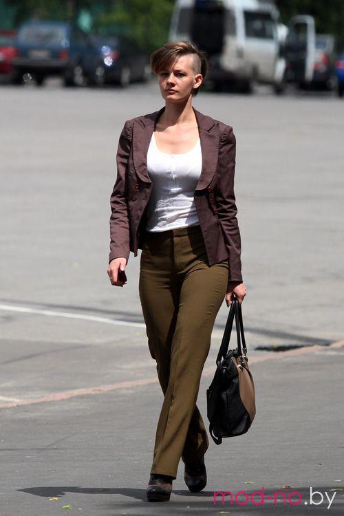 Уличная мода в Гомеле. Последние мгновения весны (наряды и образы на фото: белый топ, брюки цвета хаки, баклажановый жакет)