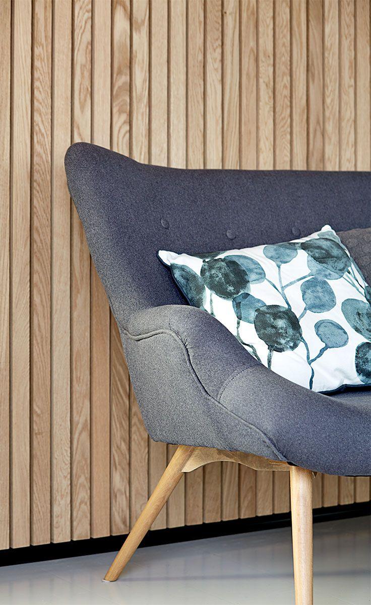 EJERSELV sofa med mørkegrå eg, der kombinerer bløde tekstiler med de rene, skandinaviske linjer.