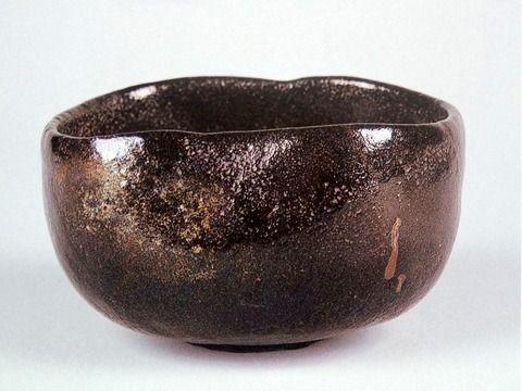 本阿弥光悦(1558-1637)作 黒楽茶碗 銘「水翁」(頴川美術館蔵)。覚々斎命銘。もともとは南三井家の所蔵。