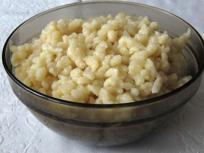 Jednoduché halušky z múky a vody vhodné ako príloha k perkeltom a paprikášom. Tiež môžu byť servírované ako samostatné jedlo na sladko s makom a cukrom ... alebo na slano s tvarohom a opečenou slaninkou.