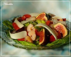 Фото к рецепту: Салат с инжиром, козьим сыром и креветками